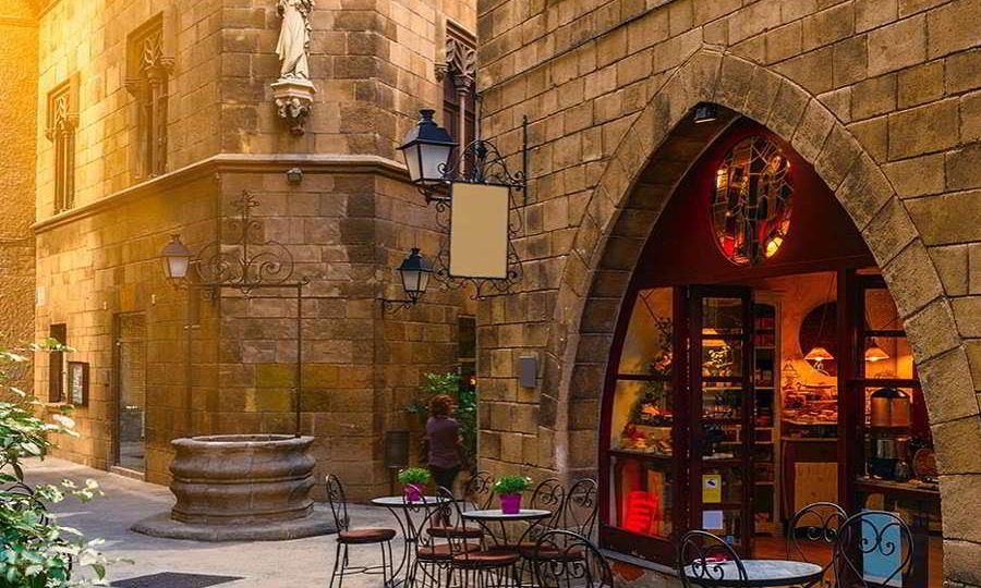 ENJOY THE CHARMS OF THE BARRIO GÓTICO IN BARCELONA.